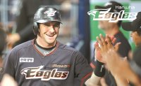 Hanwha Eagles sign American slugger Hoying for 3rd straight season