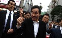 PM visits Tokyo's Korea Town [PHOTOS]