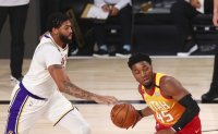 Davis masterclass as Lakers sink Jazz to clinch top spot