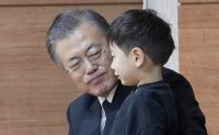 Moon focuses on state affairs despite personal tragedy