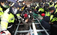 Police halt breakup of anti-THAAD protesters in Seongju