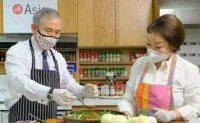 US envoy Harry Harris enjoys 'original kimchi from Korea'