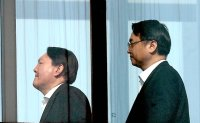 Political tit for tat continues between Cheon Wa Dae and Prosecution