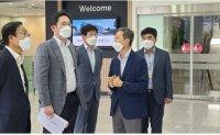 Samsung heir inspects chip supplier