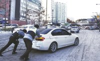 Heavy snow causes traffic chaos