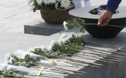 Memorial service held to mark 11th anniversary of ex-President Roh's death