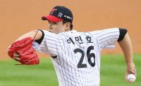 Confident rookie pitcher not afraid to show his cards