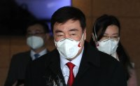 New Chinese ambassador wearing mask arrives in Seoul
