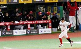 Choo Shin-soo belts 1st homer in KBO
