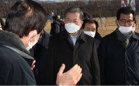 Moon visits evacuees' quarantine facility in Jincheon