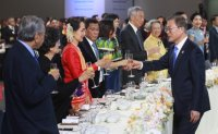 Moon proposes toast with ASEAN leaders