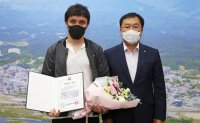 Kazakh man honored for saving 10 people from blaze