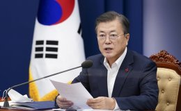 Moon urges compensation measures for virus-hit small merchants, self-employed