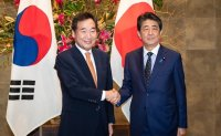 PM, Abe hold meeting to discuss ways to normalize Seoul-Tokyo ties