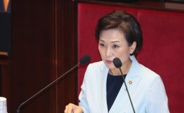 Land minister criticized for 'passing the buck'