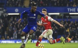 Ten-man Arsenal hold Chelsea in torrent of late Premier League goals