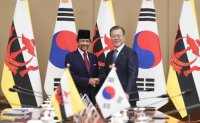 Moon begins bilateral talks with ASEAN leaders