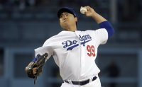 Dodgers' Ryu prevails over Pirates' Kang in all-Korean pitcher-batter duel