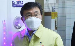 Health minister under self-quarantine after contact with virus-infected employee