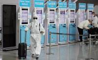 Calls grow for coronavirus tests on all arrivals from US