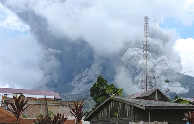 Mount Sinabung releases volcanic materials during an eruption as seen from a school yard in Karo, North Sumatra, Indonesia, Wednesday. The rumbling volcano on Indonesia's Sumatra island on Wednesday shot billowing columns of ash and hot clouds down its slopes. AP-Yonhap