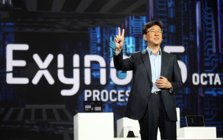Woo Nam-seong, president of Samsung's logic chip business, introduces the firm's Exynos 5 Octa core mobile processor during his keynote speech at last week's International Consumer Electronics Show in Las Vegas.                                                                                / Courtesy of Samsung Electronics
