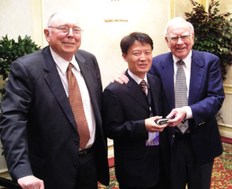 Lee Min-ju, center, chief of the Buffet Lab, poses with Warren Buffet, right, chairman of Berkshire Hathaway and legendary investor, and Charles Munger, vice chairman of the same company. This photo was taken when Lee met and interviewed Buffet at the general shareholder meeting in Omaha, Nebraska in May 2007.                                       / Courtesy of Lee Min-ju