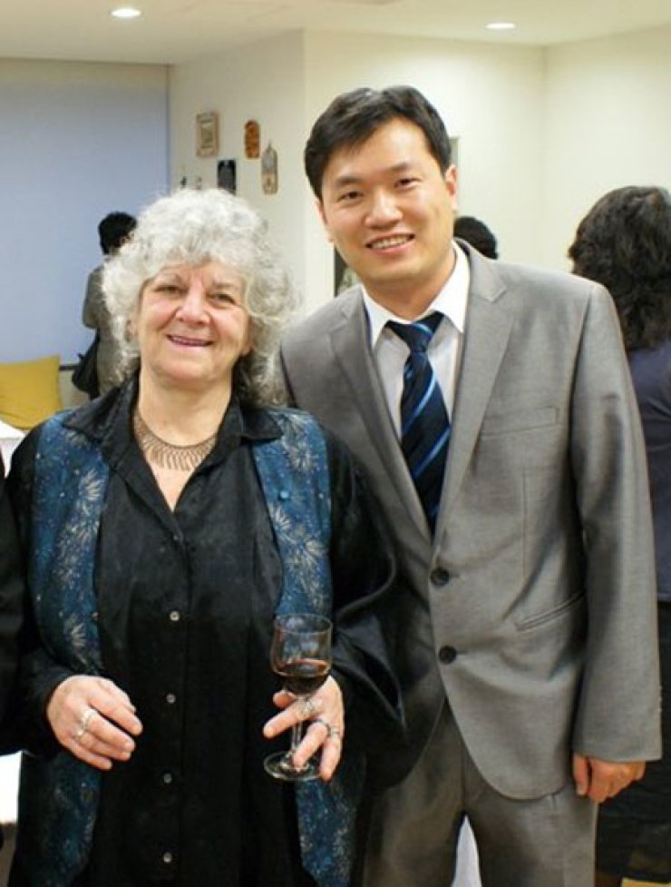 KOISRA CEO David Park, right, poses for photos with Nobel Prize for Chemistry winner Ada Yonath during her visit to Korea in May 2010.                                                                                                               / Courtesy of David Park