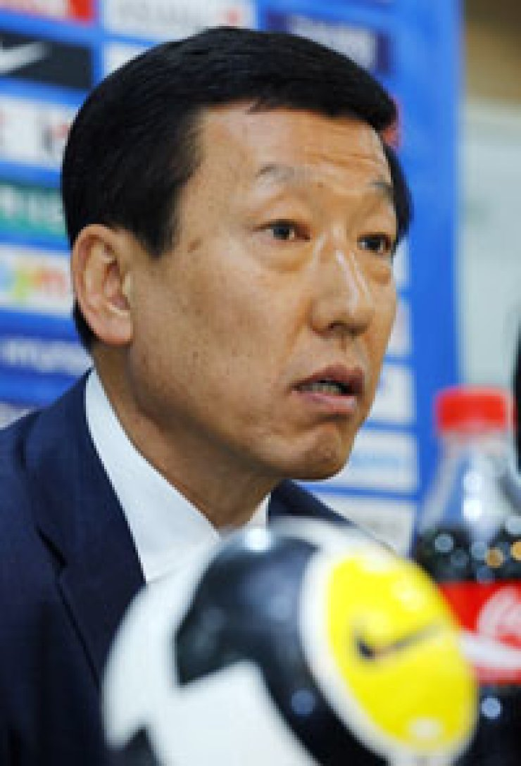 Korean national football teammanager Choi Kang-hee speaksduring a media conference inSeoul, Monday.                 / YonhapLee Dong-gook