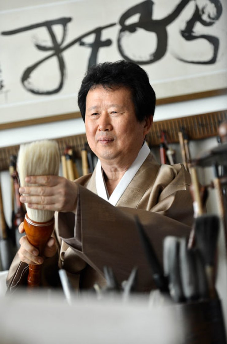 Calligrapher Jung Do-jun checks brushes at his work room in Hannam-dong, Seoul, on Mt. Nam during an interview with The Korea Times, Tuesday.                                                                   / Korea Times photos by Shim Hyun-chul