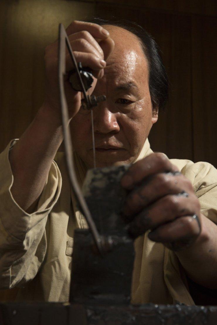 Eom Ik-pyeong demonstrates the jade crafting process using various tools in Bukchon Hanok Village, Seoul. / Korea Times photos by Choi Won-suk
