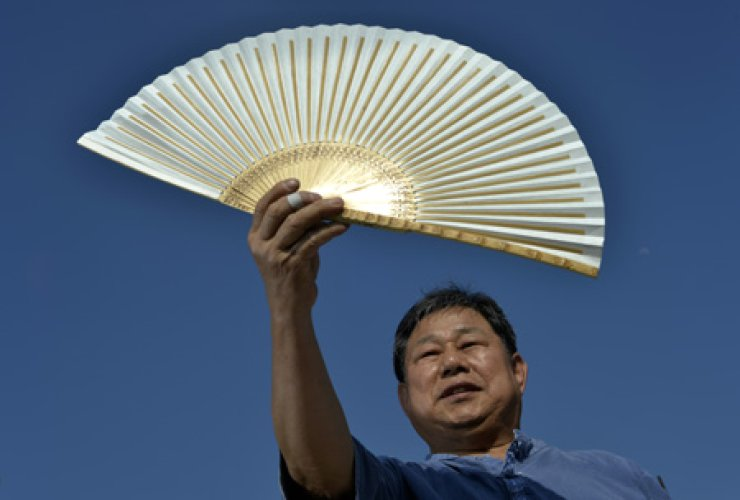 Kim Dong-sik shows how to make traditional folding fans or 'hapjukseon' in his workshop in Jeonju, North Jeolla Province. Kim is a fourth-generation hapjukseon maker. His family has been practicing the craft for about 140 years. / Korea Times photos by Shim Hyun-chul