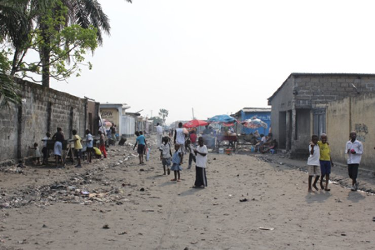 Congolese children stand in a street in a poor neighborhood in Kinshasa in this photo taken in June. KOICA has been stepping up its efforts to improve sanitary conditions for the Congolese through its public health projects. / Korea Times photo by Yi Whan-woo