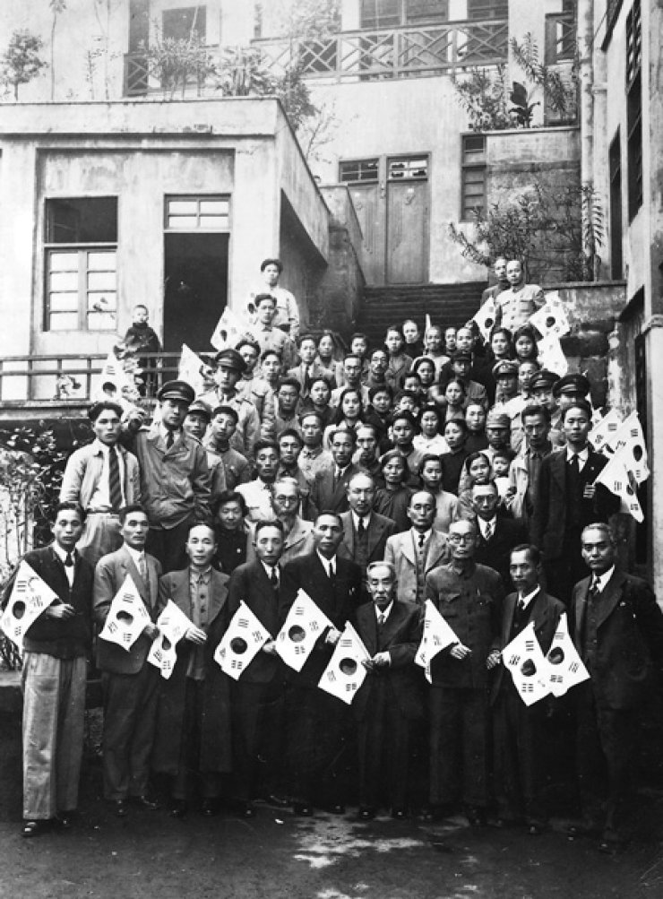 Members of the Korean provisional government pose in front of the government complex in Shanghai prior to their return to Korea on Nov.13, 1945. / Korea Times file