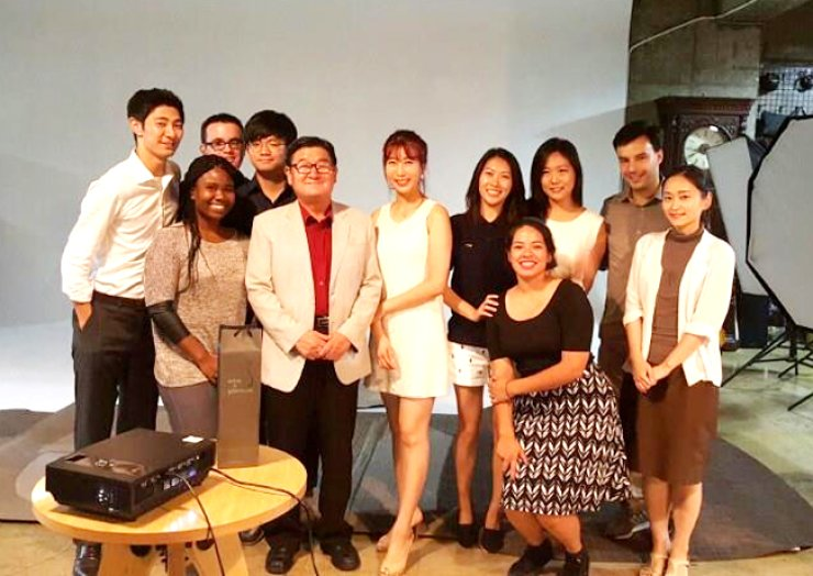 <span>Members of the Seoul Young Leaders Club pose with Senior Public Diplomacy Group President Choi Ha-kyung, front row third from left, in 2015, after discussing how to dedicate themselves to community services. <br />/ Courtesy of SYLC</span><br /><br />
