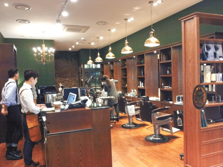 As more Korean men in their 40s and 50s look to style up, shops like Majesty Barbershop in Hyundai Department Store in Pangyo, Gyeonggi Province, have customers coming in as soon as the doors open before 11 a.m. on Wednesday. / Korea Times photo by Kim Ji-soo