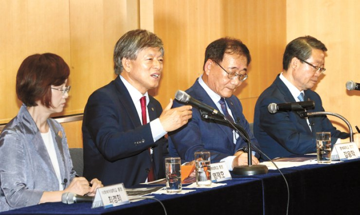 Korea University President Yeom Jae-ho, second from left, speaks during an inaugural forum of the presidents of 10 Seoul-based private universities at Yonsei University's Seoul campus, June 13. Sitting with Yeom are, from left, Ewha Womans University President Choi Kyung-hee, Yonsei University President Kim Yong-hak and Hanyang University President Lee Young-moo. / Yonhap