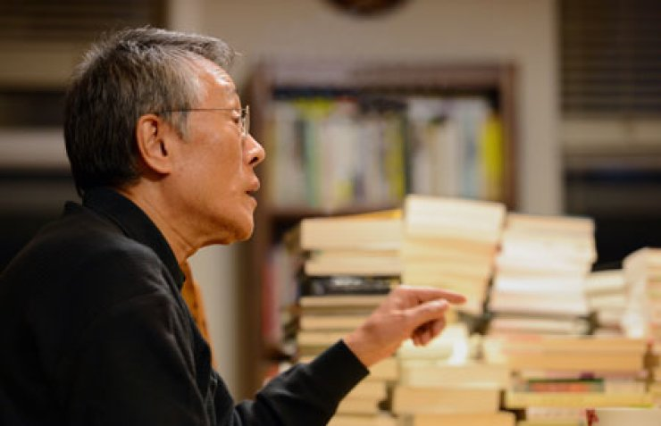 Hwang Sok-yong decided to take his novel, 'Yeowulmulsori,' off the market after his publisher was found to have stockpiled the copies of the book to inflate sales records. / Korea Times photo by Park Seo-gang