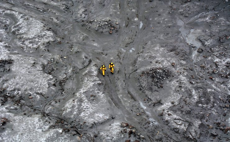 This handout file aerial photo taken and released on December 13, 2019 by the New Zealand Defence Force shows elite soldiers taking part in a mission to retrieve bodies from White Island after the December 9, 2019 volcanic eruption, off the coast from Whakatane on the North Island. - The death toll from the White Island volcano eruption in New Zealand has risen to 20, following another death more than a month after the tragedy, police said on January 13, 2020. AFP