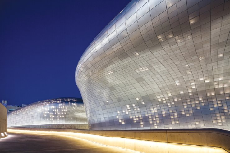 A view of the Dongdaemun Design Plaza (DDP) located in eastern Seoul shows its parametric design with the exterior made of 45,133 aluminum panels of different patterns and sizes. / Courtesy of Seoul Design Foundation