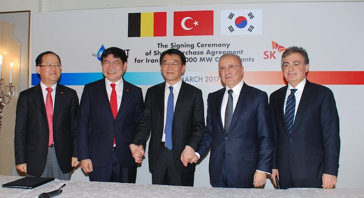 SK Engineering & Construction President Ahn Jae-hyun, second from left, poses with Land, Infrastructure and Transport Minister Kang Ho-in, center, and Iranian counterparts in Istanbul, Turkey, Friday, during a signing ceremony of a share purchase agreement for five power plants in Iran. / Courtesy of SK Engineering & Construction