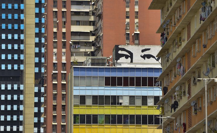 View of a mural depicting late Venezuelan President Hugo Chavez in Caracas, on March 10, 2019. - Sunday is the third day Venezuelans remain without communications, electricity or water, in an unprecedented power outage that already left 15 patients dead and threatens with extending indefinitely, increasing distress for the severe political and economic crisis hitting the oil-rich South American nation. AFP