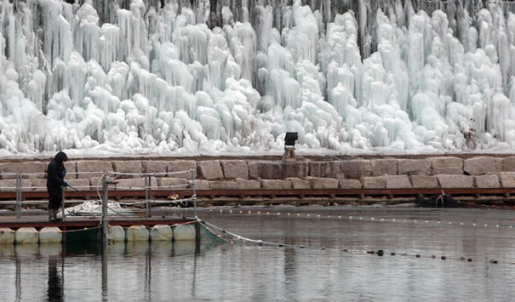 A man fishes with a lure at the Hwacheon Sancheoneo (mountain trout) Ice Festival in Gangwon Province, Jan. 13. Seven dramas and shows produced by television stations from Malaysia, the Philippines, Thailand, Indonesia, Vietnam, Hong Kong and Singapore will feature various winter attractions in Korea including the winter festival through February. / Yonhap