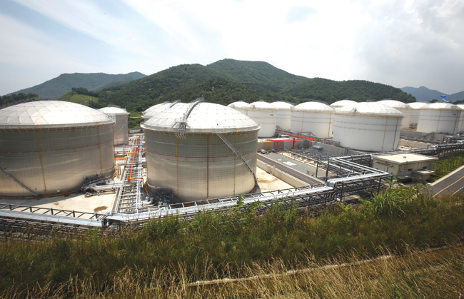 The Yeosu stockpiling facility established in 2013. Together with the stockpiling facilities the Korea National Oil Corp. (KNOC) is building in Ulsan, it will create the Northeast Asia Oil Hub, turning the region into the fourth-largest oil cluster in the world. / Courtesy of KNOC