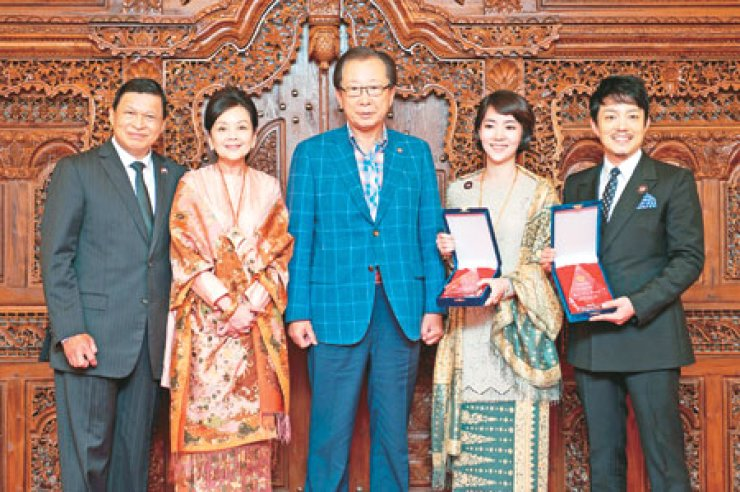 Indonesian Ambassador John Prasetio, left, and his wife Alexandra pose with Ahn Hong-joon, center, chairman of the National Assembly's foreign affairs and unification committee, on the occasion of appointment of Korean actor Lee Bum-soo, right, and his wife Lee Yoon-jin as goodwill ambassador, at the Indonesian ambassador's residence, June 21. / Courtesy of Indonesian Embassy