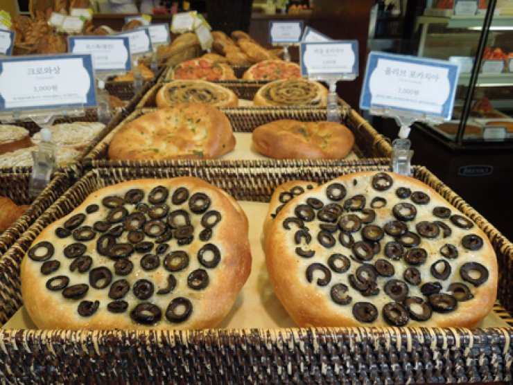 Focaccia bread is one of the specialties at the October Artisan Boulangerie. <br />/ Korea Times photos by Kim Young-jin