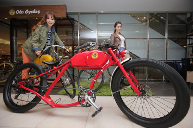 Models promote luxury electric bicycles by European brand OTO Cycles during a media event at the Lotte Department Store in Sogong-dong, central Seoul, Tuesday. The department store said it will run a pop-up store for the electric bicycle brand until April 26. / Yonhap