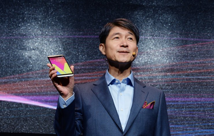 LG Electronics Mobile Communications Business President Cho Juno introduces the company's new premium V20 smartphone at the company's research and development center in Yangjae-dong, southern Seoul, Wednesday. / Courtesy of LG Electronics
