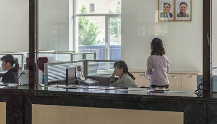 Staffs work at a North Korean bank. / Courtesy of dprk360.com