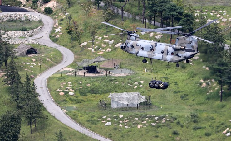 A military helicopter carries equipments to the THAAD deployment site in Seongju, North Gyeongsang Province, Monday. The military plans to resume the deployment following the completion of an environmental impact assessment. /Yonhap
